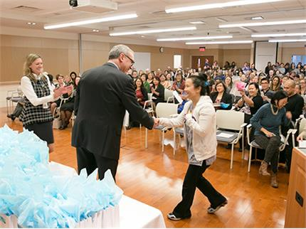 Gary Newton, Sinai Health System President and CEO presenting an award to a staff member