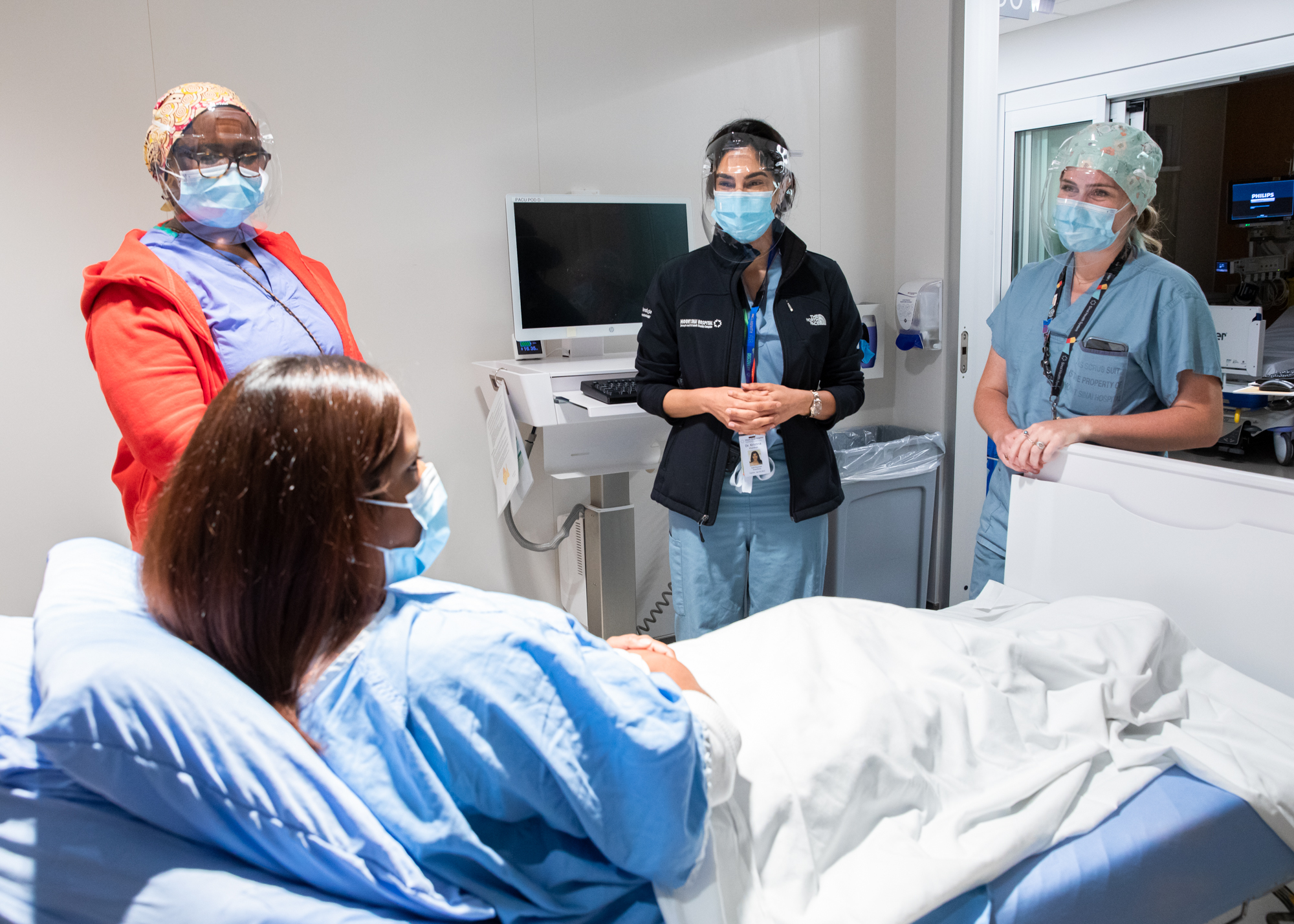 2 registered nurses (one as a mock patient), an anesthesiologist and a respiratory therapist plan a simulation exercise.